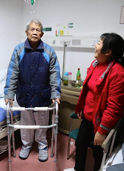 在护工的细心照料下,老爷子恢复许多(图:许可)