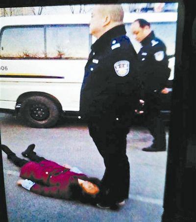广为传播的图片里,涉案民警疑似用脚踩着农妇的头发
