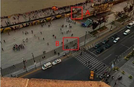 第一次踩踏事发地点A为陈毅广场通往外滩观景平台的阶梯,第二次事发地点B是一个丁字路口,皆易形成人流对冲