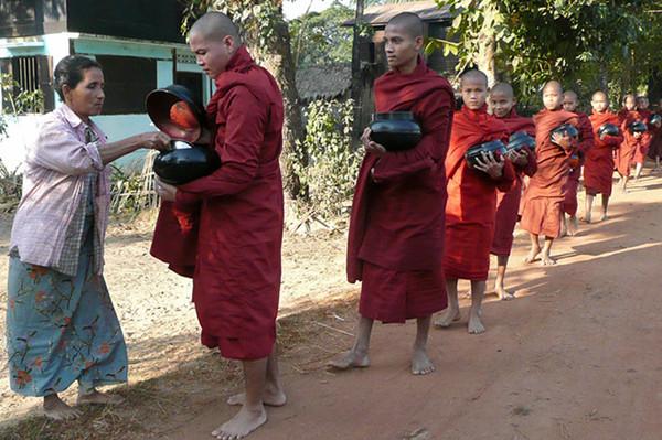 缅甸民众在向僧侣施舍