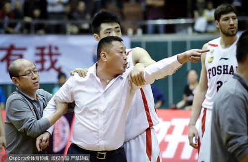 CBA第十轮,佛山队总经理刘宏疆怒骂裁判,后被篮协严厉处罚