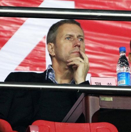 佩兰在天河体育场看台上观看恒大VS阿尔滨的比赛