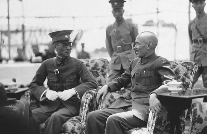 1936年6月27日,蒋介石与龙云合影