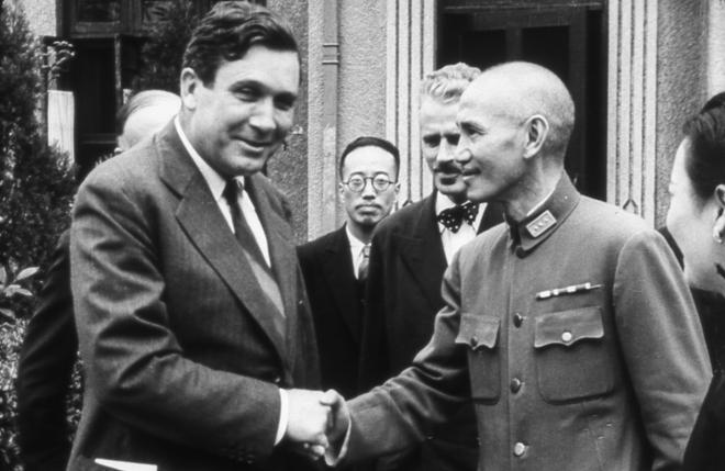 1942年,蒋介石与美国特使Willkie shakes合影