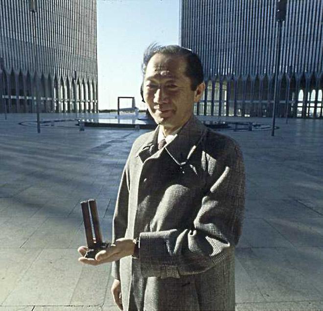 ?#28866;?#21452;子塔的设计师山崎实,《建筑与权力》认为这张照片中他的忧虑色彩,充分地表达出人类对摩天大楼的畏惧感