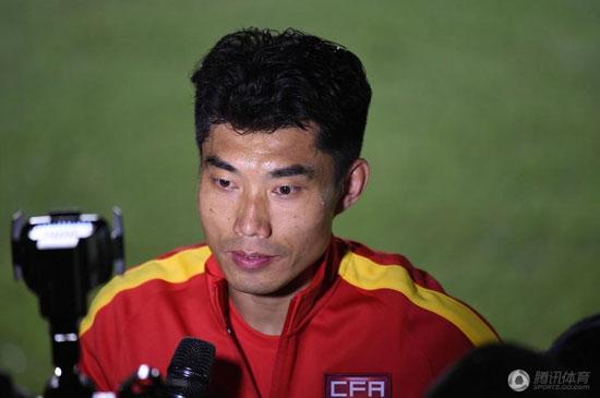 郑智在训练结束后被记者包围采访