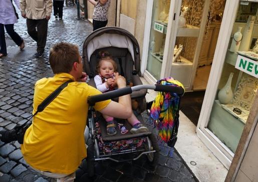 奥地利小镇里,一位男子在照顾他的孩子