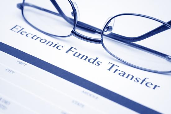 美国的《电子资金转账法》明确规定,对于未授权的转账,金融机构要承担举证的责任