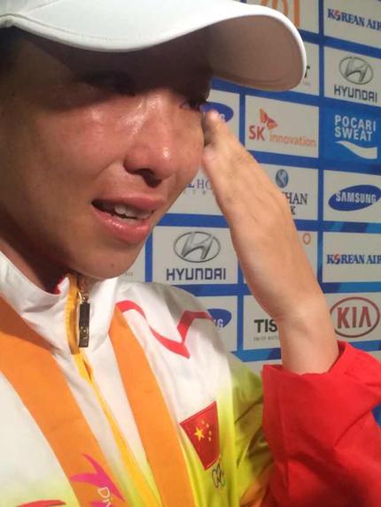 2014年仁川亚运会丢金后,郑洁发布会上痛哭