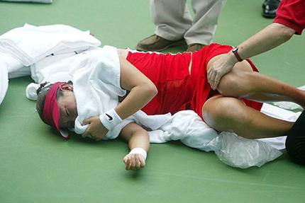 2003年上海公开赛,郑洁比赛中抽筋无奈退赛