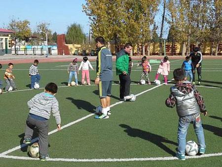 汤姆-拜尔认为中国应重视一万小时规律,从小培养孩子踢球