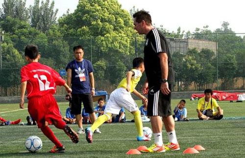 北京国安携手汤姆-拜尔举办少儿足球体验日活动