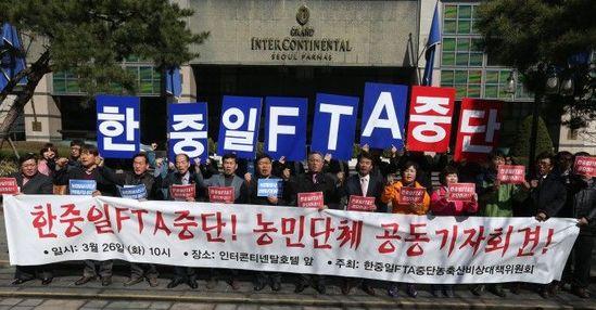 韩国农民经常组织各种游行,要求政府保护本地农业
