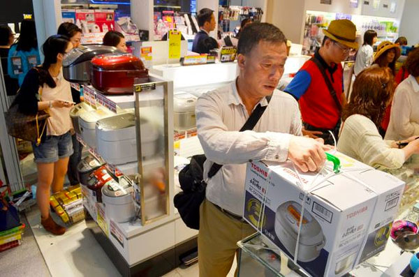 中国旅客在日本电器商场买日本产的电饭锅