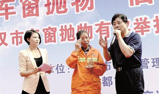 """2014年10月,武汉某环卫女工在制止一宝马车主车窗抛物时,被后者连扇两耳光。报案后,获得1000元的""""委屈奖"""""""