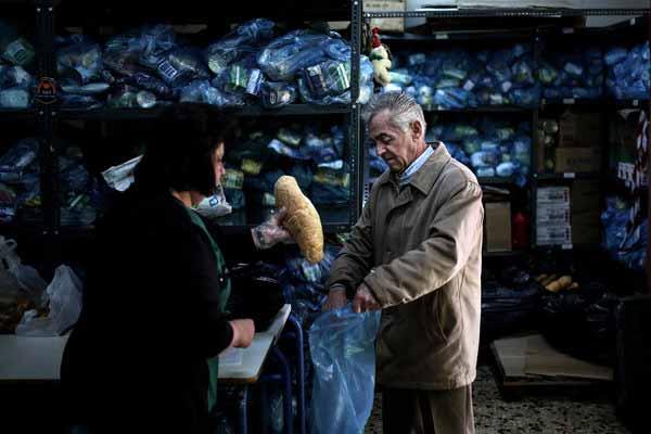 一位希腊失业者在一个社会中心领取物品,希腊失业率曾高达27%