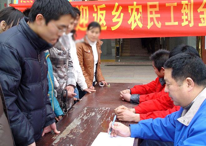 中国农民工数量还是在增加的,问题在于空间布局发生了变化,但是方便面生产商没有完全跟上步调