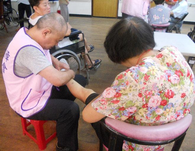 """台湾地区有很多""""银发义工"""",他们是""""积极老去""""的典范"""