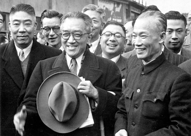 """1954年2月17日,胡适离台赴美,""""行政院院长""""陈诚(右)亲自到机场欢送"""