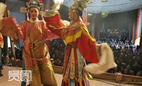 大批游客聚集在新叶村戏台前,观看表演