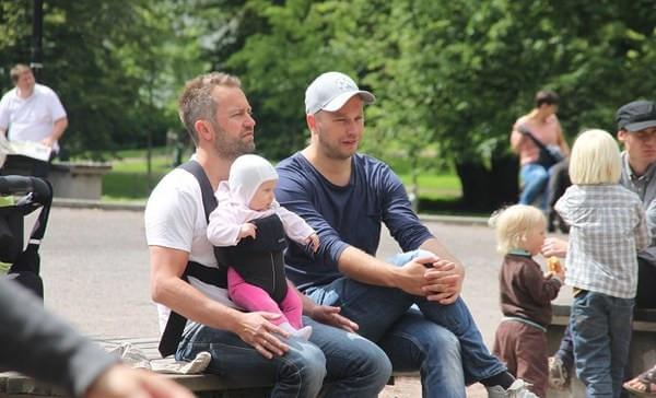 在挪威奥斯陆的公园里,两位奶爸在照顾小孩