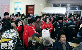 春节期间,来雪乡的游客每天都有数万人次