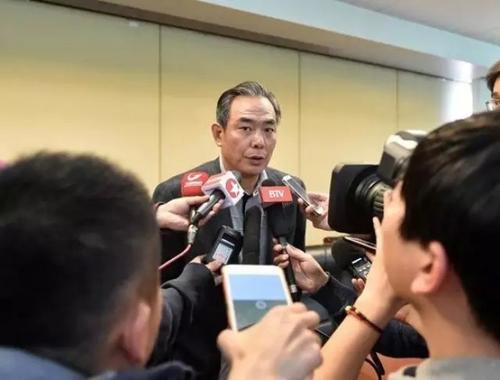 蔡振华在发布会上的口误在会后引来记者包围采访