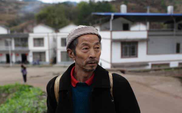 """重庆开县团凤村,一位66岁的""""重新出山""""的高龄打工者(据澎湃新闻)"""