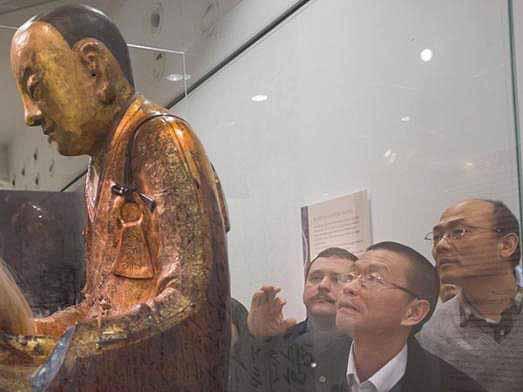 参观者瞻仰肉身佛像
