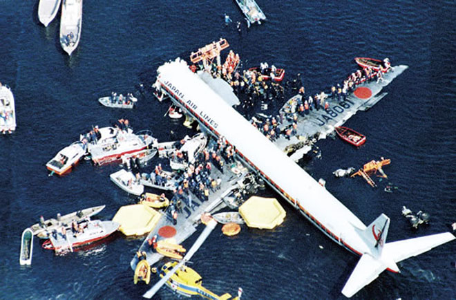 1982年,精神失常的日本机长将飞机扎进东京湾