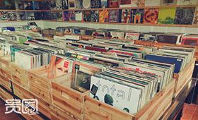 黑胶唱片是音乐发烧友的收藏必备