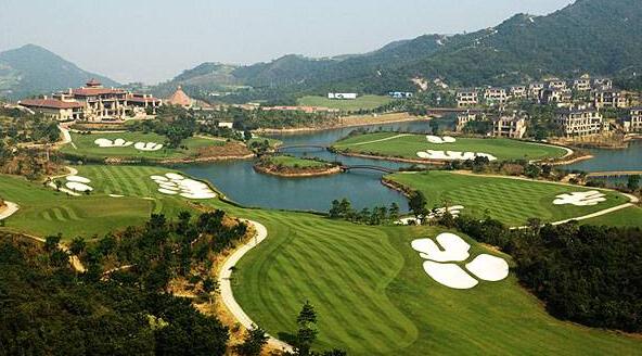 有高尔夫球场的别墅好卖,图中的右上角位置就是别墅群