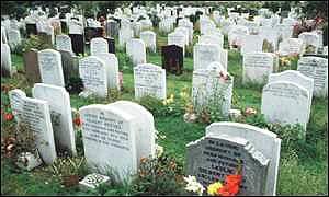为解决墓地拥挤,墓穴要二次使用,甚至墓碑也是两面用
