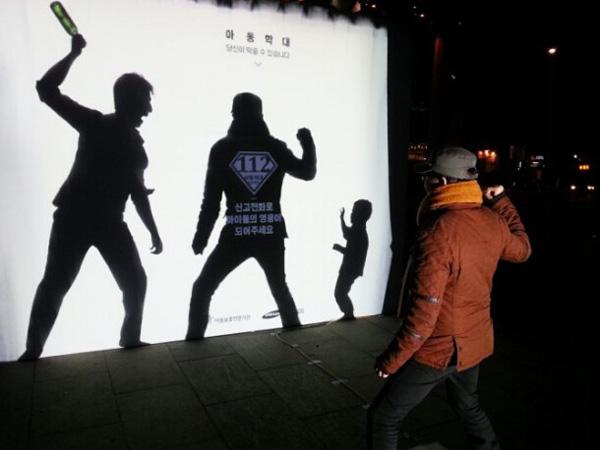 韩国针对虐待儿童的互动公益广告,目的是激起人们干预虐待儿童的勇气