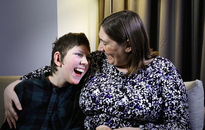 1.3亿赔偿事件中的医疗事故受害人詹姆斯和他的母亲,其母曾罹患抑郁症,伤残造成的家庭负担和打击巨大