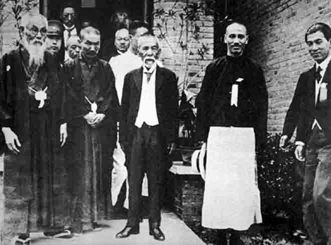 1929年6月,蒋介石(右二)与犬养毅(右三)等合影