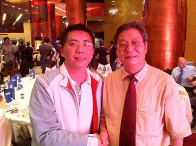 体奥动力老板李义东(左)与友人