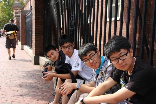 """""""赴美夏令营""""的中国高中生在哈佛大学校门口"""