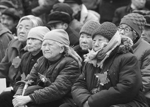 在农村留守的老年人生活更为艰辛