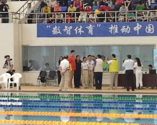 裁判组在比赛结束后与孙杨合影