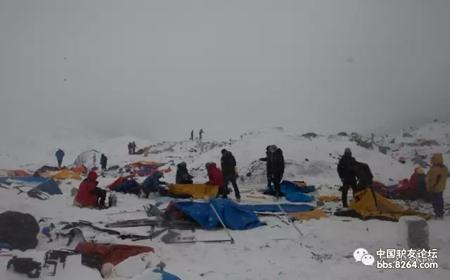 雪崩过后,营地的帐篷支离破碎