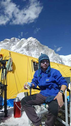 戈振芳在雪山宿营地的照片
