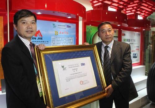 肇事女司机钱晶晶之父钱家领(左),在浙江苍南政商界有一定知名度