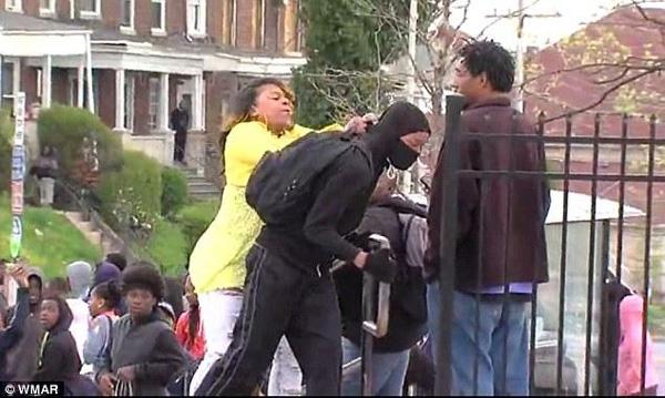 一个黑人母亲管教自己的孩子,让其别参加骚乱
