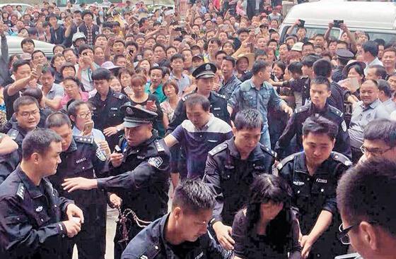 近日,某人贩指认现场,被群众包围。