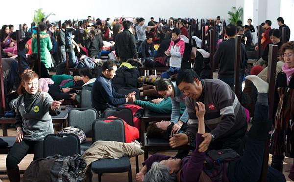 """萧宏慈在其""""培训班""""上宣讲后,让""""学员""""实践拉筋自疗法"""