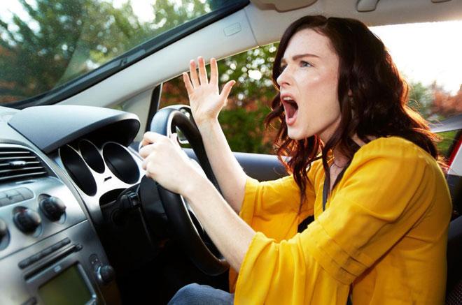因为觉得汽车是私密空间,许多绅士淑女也变疯子,驾驶行为非常糟糕