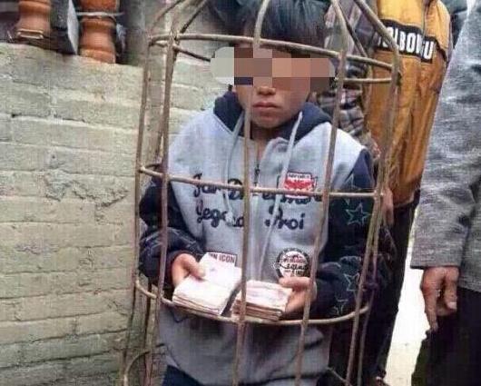 今年3月,广西容县14岁少年入室盗窃2万元被锁猪笼、赶下水池,遭竹鞭抽打。