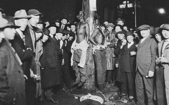 1920年的明尼苏达州,在一次骚乱后,涉嫌攻击白人女孩的6名马戏团员工被从拘留所拖出,其中三人被吊死