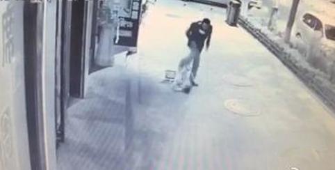 男子凶残殴打2岁男童视频截图